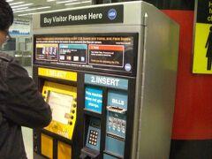 空港内から地下鉄でダウンタウンへ移動です。1日券$5なり
