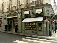 """ラデュレのサンジェルマン・デ・プレにある""""ボナパルト店"""" ボナパルト通りとジャコブ通りの角に有るそのお店は、 ラデュレで、唯一雑貨も扱うお店です。  左奥が入り口が別になっている雑貨部門。  今日の朝は、贅沢にここでの朝食からスタートです。"""