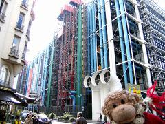 "Rue de BacからメトロでRambuteauまでやってきました!  後ろに聳える""ポンピドゥー・センター""  これから、フラン・ブルジョワ通りを散策です!"