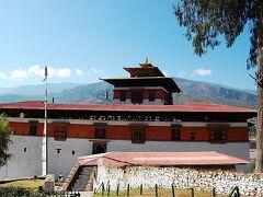 【パロ・ゾン】  「ブータンの各地の交通の要衝には巨大建築物である『ゾン』が建っている。ゾンは17世紀にブータンを統一したシャブドゥンこと、ンガワン・ナムゲルが、全国を統制する為の戦略的、政治的拠点として各地に整備した城塞である。 現時点では、僧侶が暮らす国境ドゥク派の大寺院であると同時に地方行政を司る県庁としての役割を果たしている。 パロ・ゾンの正式な名称はリンプン・ゾンといい、『宝石の山の城』の意味である。」 (地球の歩き方より)