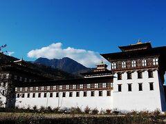 ティンプーに到着。  【タシチョ・ゾン】  「タシチョ・ゾンは国王のオフィスであり、宗教界の最高権威ジェ・ケンポを頂点とするブータン仏教(ドゥク派)の総本山でもある。」 (地球の歩き方より)