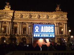 AIDES  パリ到着日、12/1 世界エイズ・デーということで、 オペラ座の前でAIDESのイベントがされていました。