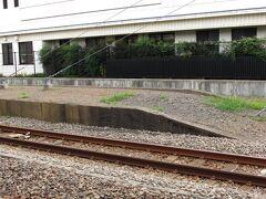 小机駅    第1番ホーム 該駅該ホームは小机駅開業当時の痕跡が濃厚に残り、特に、横浜線が電車化以前に客車時代の低床様式のホームが奇跡的残存。 横浜線は運転当初こそ短編成だったものが客貨共に輸送量の増加に比例してホームが延長されたもので、電車化と同時に2輌編成になった事と、現在も8輌で事済む事から此の様に奇跡的に原形を残す結果をもたらしたものと推定。