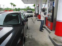 ガソリンの残量が半分に減ったので、ヒロ(Hilo)の町の手前にあった広めのガソリンスタンドで給油することにしました。ここではセルフ給油が基本です。最初は少し不安でしたが、画面(英語のみ)の指示通りに操作することで、無事満タンにすることができました。  旅行ガイドを読むと、ガソリンが半分に減ったら満タンにすることが基本だそうです。時間帯や場所によっては給油が困難な場合があるからだそうです。ハワイ島は思った以上に広いですしね。