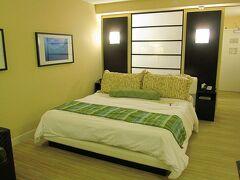 ホテルに到着しました。宿泊した部屋(6290号室)はこんな感じです。ルームタイプは、プールビューです。マリオット・リワードのシルバー会員でしたので、会員割引価格で宿泊することができました!  ガイドブックによると、2006年12月に大規模なリノベーションを行なったそうです。部屋はとても綺麗でしたよ。