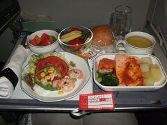 Japan Airlines PVG?KIX JL628 Shanghai (Pudong)  to Kansai  15 Mar. 2009 ☆☆☆ ビジネスクラスのスペシャルミールのシーフードミール。ビジネスクラスのシーフードミールは通常のミールと比較すると見劣りはする。鮭の切り身がどっしりと置かれているのが非常に気になる。まぁスペシャルミールは限られた予算の中で、限られた食材から準備しないといけないので、これも仕方なしか。。。