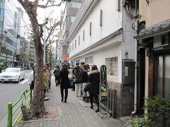 玉ひでの行列はUタ〜ン(笑)  ランチの親子丼が有名な玉ひで。Uターンのカーブが1個どころじゃありません。さらに先で曲がってます(笑)  玉ひでの親子丼は他よりかなり甘め。それゆえに夫は大好きで、私はイマイチ。いつもランチの選択で揉めるところです。   玉ひで http://www.tamahide.co.jp/