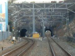大口-菊名間    寺尾隧道(てらお ずいどう)  八王子側から隧道坑門を見る。 右側が単線時代から存在。 左側は複線化の際に新たに掘削したもの。 但し、オリジナルは改修工事の際に断面拡張と共に消失。  横浜市港北区菊名4−1 横浜線菊名駅 徒歩7分