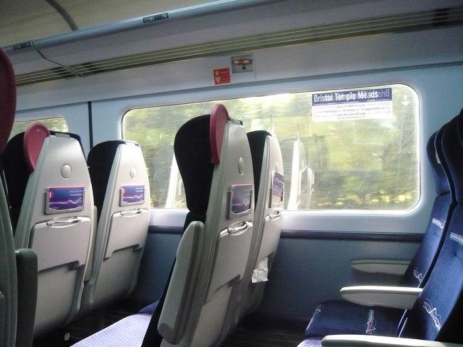 ちなみに電車の中はこんな感じです。すいていました。<br />高い背もたれの上に紙が挟まっていたら、そこは予約席で、他は自由に座っていいというルールだそうです。<br /><br />この旅行を通じて、電車の中で飲食をする人を多く見かけました。新幹線的な雰囲気です。<br />飲酒も可で、隣に座ったサラリーマン風の人が、おつまみとお酒で一人宴会を始めたこともありました。<br /><br />でもビールではなく、小さな瓶に入ったお酒を、schweppes?という缶入りの何かで割って飲むのがメジャーなようです。<br />なんだかおいしそうでした。