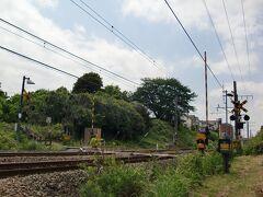 十日市場-長津田間    北門踏切(ぼっかど ふみきり) 該踏切は横濱鐵道開業当時から歴史有する存在ながら、周囲の開発から取り残された為に、何故か該踏切北側には取付道路自体が存在せず、該踏切南側も獣道状の物しか存在せず、軽車両以外の車両通行は不可。 現在、横浜線内に於いて唯一の第4種踏切。  横浜市緑区十日市場町508 横浜線十日市場駅南口 横浜市営交通バス石橋停留所降車 徒歩5分