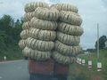 途中、籠を沢山積んだトラックを発見。  傾いてますけど。。。