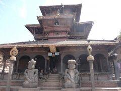 ダッタトラヤ寺院 1427年にヤクシャ・マッラ王の統治時代に建造されました。 1本の木から彫りだされたといわれている寺院です。