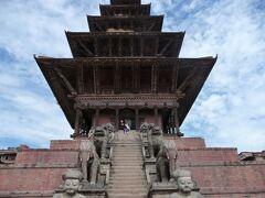 ニャタポラ寺院 「五重の屋根」という意味 1702年にプパティンドラ・マッラ王により建造されました。
