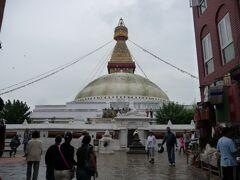 高さ約36mの、ネパール最大のチベット仏教の巨大仏塔。