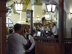 バイエルン王室の御用醸造所で、16世紀末からの歴史を持つホーフブロイハウス。 (Hofbraeuhaus) 生演奏つきです!