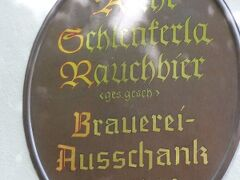 ヘラー醸造所の直営パブ。麦芽をじっくり燻製したビール、「煙」を意味するドイツ語の「ラオホ」が名前にあるラオホビアで有名な Schlenkerla シュレンケルラでビールを!