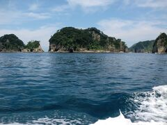 三四郎島  見る角度によって、三つにも四つにも見えることから三四郎島と言われているとのことでした。(遊覧船内の解説)