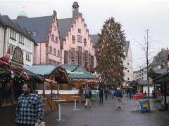 写真は、フランクフルトの有名なレーマー広場  2日目 12月17日(金)  当初の予定では、初日がフランクフルトの、2日目はシュトゥットガルトのクリスマスマーケットだったのですが、昨夜は、飛行機の遅れで何もできませんでした。  クリスマスマーケットが賑わうのは夕方からなので、午前中は、市電でフランクフルトのレーマー広場やハウプトヴァッヘに行って散歩、シュトゥットガルトへは午後に出発することにしました。  なお、InterCity Hotel Frankfurtは、市内のSバーン、Uバーン、市電の乗り放題パスをくれます。