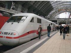 写真は、シュトゥットガルト行きのICE1です。  最初に、シュトゥットガルトのクリスマスマーケットへ行くことにしたのは、乗り換え無しで済むため、ドイツの鉄道を初めて経験するには最適なことによります。  ICEには、機関車が前後に付くタイプの1、2と、電車タイプの3の3種があります。3は直ぐに見分けられますが、1と2はよく似ています。ただ1は、先頭車両の先端がつるん、2は、連結器を収めるための扉が付いているため、先頭車のDBのマーク付近に縦筋があることで区別できます。  また、ドイツの鉄道を見ていて面白かったのは、ICEの片方の機関車に普通の電気機関車を付けて走っていたこと。ICEは、前後に流線型の専用機関車が付いて形になるのに、几帳面なはずのドイツ人が気にしないのには驚きました。   この旅では、ジャーマンレールパスの1等を使用しました。理由は、4日間(飛び飛びの4日間でもよい)の2人の合計額が、1等で45千円、2等が31千円ということで、飛行機のビジネスは無理でも、鉄道なら手が届くことにあります。  それにしても、1等は快適でしたよ。DBの2等が、新幹線のグリーン座席と同じくらいの広さだと言えば、私がどう感じたかは判ってもらえると思います。