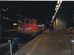 3日目 12月18日(土)  今日は、ライン川下りへ行きます。  冬期は、Rudesheim(リューデスハイム)11時発の1便だけなので、間に合うように、Frankfurt Hbf(フランクフルト)7時53分発のRE15004に乗りました。8時近いのにまだ真っ暗です。  ライン川の両側には鉄道が走っていますが、Rudesheim(リューデスハイム)側はローカル線の扱いです。そのため、夏期に個人でライン川下りをするなら、対岸のマインツを起点にする方が便利だと思います。