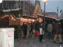 ミュンヘンのクリスマスマーケットです。  日曜なので、デパートが閉まっています。気楽な休憩所が無くて、結構しんどい思いをしました。  晩ご飯には、豚のすね肉のローストで有名なHaxnbauer(ハクスンバウアー)へ行きました。一番小さめのものを頼みましたが、これもドイツのボリュームで、半分も食べられませんでした。サワークラウトもどんぶりに山盛りありました。  美味しかったので、再訪する時があれば必ず行くつもりですが、頼むのは切り身の盛り合わせにします。