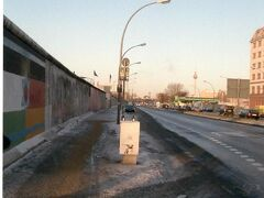 5日目 12月20日(月)  ベルリンの壁が一番長く残っているイーストサイドギャラリーです。  NZの終着駅は、ここから600mほど離れただけのベルリンオストなので、徒歩で行きました。  冬だったこともあってか、壁と道路の凍り付いた様子、シュプレー川の寒々とした景色を見ると、ベビーブーマー世代の私たちは、やはりゾクゾクとした感慨を覚えました。