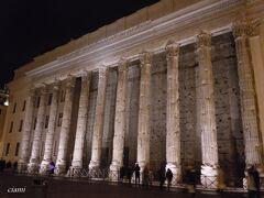 ホテルの隣は、ピエトラ広場。  ハドリアヌス帝のために息子のアントニウスさんがこの神殿建てたのが145年。  柱の中は、証券取引所。  養生幕取れて、すっきり。やっと写真撮れたわ。