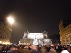 ツリーが映えるヴィットリアーノ。  コロッセオとか、フォロでもイベントあるから、激込み。