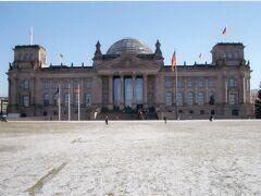 ブランデルブルグ門の右手に、焼け焦げた跡がある建物が見えてきました。  ドイツ連邦議会議事堂です。  近づいてみると、古いニュース映画で見た、第2次世界大戦末期にベルリンが陥落した時、ソ連の兵士がビルの屋上に赤旗を立てた建物だと気がつきました。  これも、ナチス崩壊を象徴する建物です。ベルリンの壁と同様、圧政の消長を示す建築物なので、絶対見てみたいと思いました。