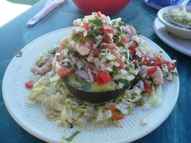 アボガドをくりぬいてお皿にしたサラダ!!<br /><br />ご飯もおいしかった。