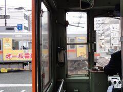 松山駅の手前の大手町駅では電車同士がめずらしい平面交差です