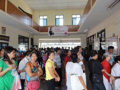 ウドンターニ駅はソンクラーンをお里ですごして、またそれぞれ移動する人達で切符売り場は長蛇の列、しかしバンコクから来たときに窓口で頼んでいた駅員のチャンさんが帰りの切符を確保していてくれました、ありがとう