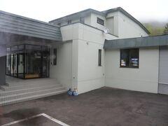 八雲町の「おぼこ荘」で一泊。建物は2棟あり、敷地内にロッジらしきものも複数立っている。