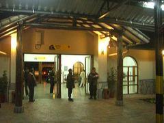 18:50。ポロイ駅に到着。多くの乗客はここからはバスでクスコのホテルに帰ります