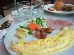 8時半。MAXMにて朝食。