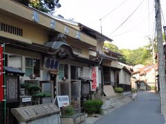 何軒もの雰囲気のある温泉旅館が並ぶ中、老舗の立ち寄り湯もある