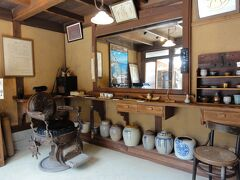 大正時代の理容店の椅子が
