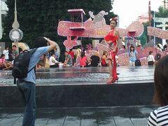 土曜17時半。ZENデパート前の噴水でモデルを撮影する人を撮る。