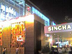 日曜21時半。シンハーのコーナー。2008年の最初のビアガーデン。