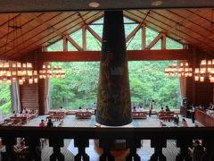 食後は奥入瀬渓流ホテルのラウンジでコーヒーを。岡本太郎作の大暖炉が存在感を発しています。
