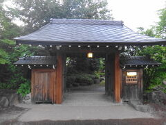 東北旅行最後の宿は、「ひぃなの丘 湖山荘」。門が立派で高級旅館みたいな印象です。