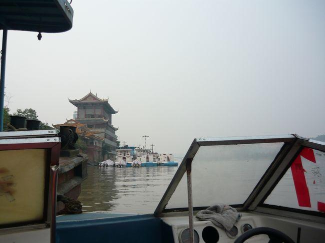楽山港から高速艇に載りました。船着場は普通の船と高速艇の2種類です。料金はどちらも同じです。