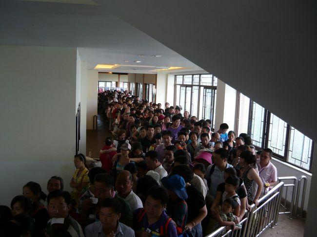 建物の中に入っても、行列は続いています。待ち続けて、やっとのことで乗れました。