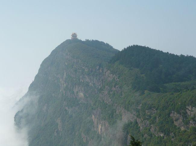 金頂から万寿楼が見えます。どのように登っていくのは分らずじまいでした。