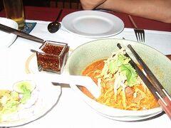 水曜19時。チェンマイのカオソーイ。こってり美味しい。丼に箸が転がらない穴が2つ。
