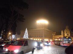 友だちカピトリーノ美術館に置いて、ちょっと一人でお散歩。  ヴェネツィア宮殿がキラキラ。  それにしても、いっつもすごい車よね。