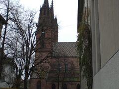 大聖堂が見えてきました。  (´∀`) 赤い傘の親子、なんかかわいかったです。