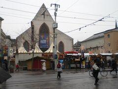 背景の教会のような建物、かつてはホントに教会でしたが、現在は歴史博物館です。