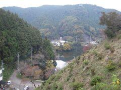 鎌北湖 宿のすぐ前の 鎌北湖つつじ園 から写す