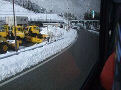 バスターミナルへと歩き、バスに乗っていよいよ白川郷へ。高山を出発し、しばらくは雪がなかったが、トンネルを抜けるごとに雪の量が増えていく。